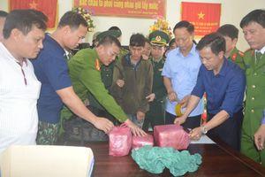 Bắt đối tượng người Lào vận chuyển 6 vạn viên ma túy về Việt Nam