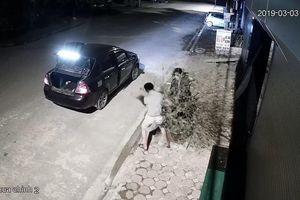 Đỗ ô tô giữa đường, đôi vợ chồng khiến tất cả ngỡ ngàng vì hành động khó hiểu trong đêm