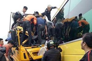 Xe tải và xe khách đấu đầu trên QL18A, hai tài xế bị thương nặng