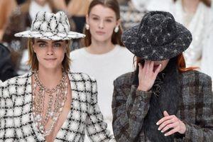 Người mẫu ôm mặt khóc ở show Chanel cuối cùng của Karl Lagerfeld