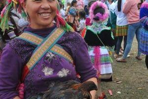 La liệt gà đen, rau rừng, măng sặt... bày bán ở Lễ hội cúng rừng
