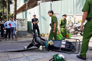 Miếng ván công trình cao ốc Etown 5 rơi xuống đường, nam thanh niên phải nhập viện