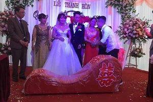 'Chết cười' chàng trai vác 'ghế tình yêu' tặng bạn thân trong ngày cưới