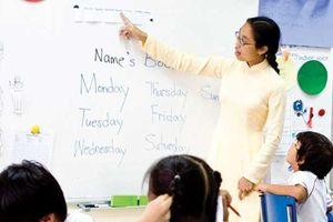 Thực hiện chính sách ưu tiên đối với giáo viên dạy học bằng ngoại ngữ