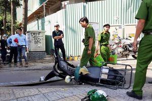 Ván gỗ công trình rơi trúng đầu người đi đường ở TP HCM