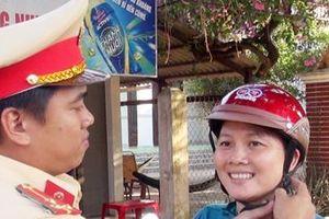 CSGT tỉnh Bến Tre tặng mũ bảo hiểm cho người dân