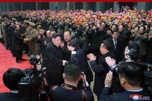 Ông Kim Jong Un tươi cười niềm nở khi về đến ga Bình Nhưỡng