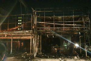 'Bà hỏa' thiêu rụi 2 cửa hàng trên đường Nguyễn Thị Tú