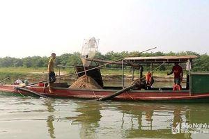 Xử phạt thuyền hút cát trái phép trên sông Lam