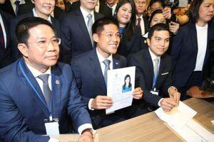 Đảng thân Thaksin bị giải thể sau vụ nhờ công chúa Thái tranh cử