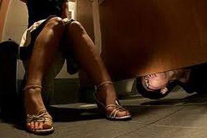 TP.HCM: Cô gái đi vệ sinh bị gã đàn ông nhìn trộm và cướp lắc vàng... giả