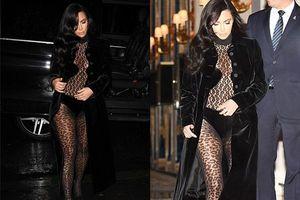 Kim Kardashian lại mặc đồ xuyên thấu khó hiểu tại Tuần lễ thời trang Paris