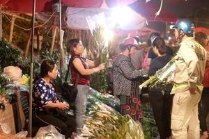 Chợ hoa đêm Quảng Bá nhộn nhịp trước ngày 8-3