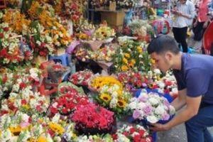 Chen chân ở chợ hoa ngày 8.3
