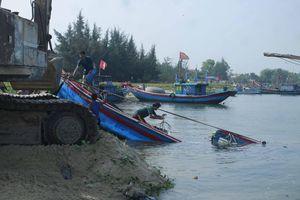 Sóng đánh chìm 2 tàu cá ở Quảng Ngãi