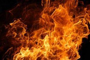 Giữa trưa, một người đàn ông đem xăng ra đồng rồi châm lửa tự thiêu