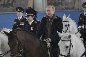 Tổng thống Putin cùng cưỡi ngựa với các 'bông hồng thép' nước Nga, gửi lời chúc nhân ngày 8/3