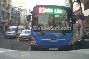 Bất bình tài xế xe buýt chạy lấn làn, ngược chiều giờ cao điểm ở Sài Gòn