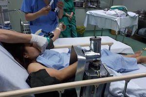 Nghệ An: Một phụ nữ bị mắc kẹt cả bàn tay trong cốt xay thịt