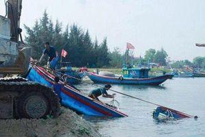 Vừa trúng đậm mẻ cá, ngư dân lại 'khóc ròng' vì bị sóng đánh chìm tàu
