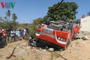 Hiện trường vụ xe chở du khách nước ngoài lao xuống vực Lầu Ông Hoàng