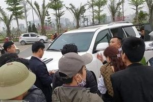 Dân truy đuổi 8X đập cửa xe Lexus trộm hàng trăm triệu