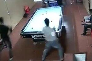 Nam thanh niên bị nhóm người bịt mặt, truy sát trong quán bi-a
