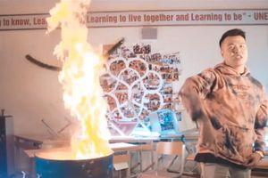 Nhóm rapper Việt đốt sách vở của học sinh để quay MV gây phẫn nộ