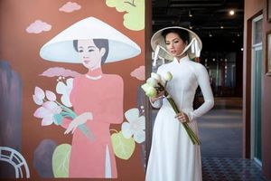 Hoa hậu H'Hen Niê rạng rỡ quảng bá hình ảnh áo dài Việt Nam