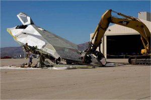 Mỹ cho cần cẩu nghiền nát 'chim ưng đêm tàng hình' F-117