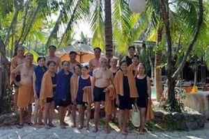 Ông nội U90 sành điệu, 'chơi lớn' bao cả gia đình đi Nha Trang