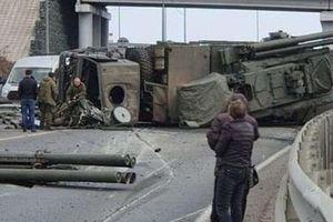 Lái xe bất cẩn, Pantsir-S1 Nga ngửa bụng giữa đường