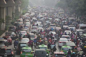 Dòng người len chặt trên tuyến đường Hà Nội dự định cấm xe máy