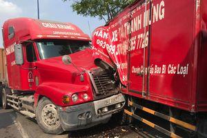 Xe đầu kéo gây tai nạn liên hoàn ở Sài Gòn, 2 người nhập viện