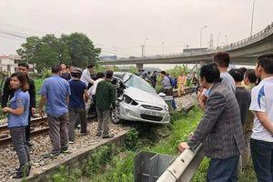 Ôtô va chạm tàu hỏa, 5 người nhập viện cấp cứu