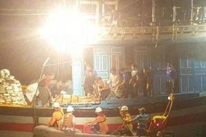 Cấp tốc cứu ngư dân nguy kịch trong đêm ở Hoàng Sa