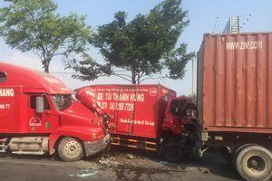 Xe tải biến dạng sau tai nạn liên hoàn, 2 người nhập viện