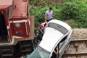 Hải Dương: Kinh hoàng ô tô va chạm với tàu hỏa 5 người nhập viện
