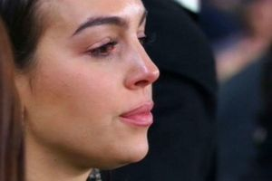 Ronaldo lập hattrick, bạn gái xúc động bật khóc trên khán đài