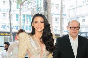Hoa hậu Siêu quốc gia 2018 diện váy xẻ cao, rạng rỡ khi ghé thăm Việt Nam