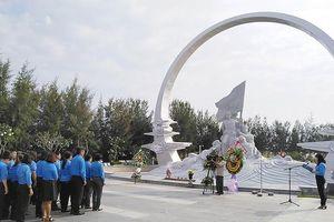 Hàng ngàn người tưởng niệm 64 liệt sĩ Gạc Ma