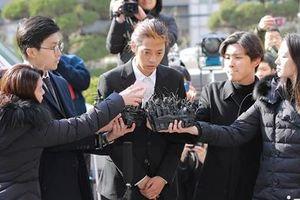 Jung Joon Young bị bủa vây khi tới sở cảnh sát để khai về clip nóng