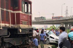 Tin chính thức vụ ôtô bị tàu hỏa kéo lê 100m khiến 5 người thương vong