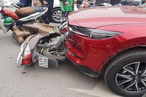 Nữ tài xế ô tô đâm liên hoàn 5 xe máy trên phố Hà Nội