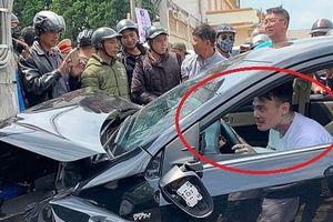 Thanh niên nghi 'ngáo đá' lái ô tô đâm hàng loạt xe máy