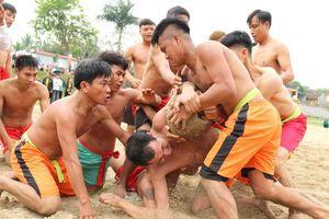 Trai tráng tranh nhau cướp cù trong lễ hội ở ngôi đền thiêng bậc nhất xứ Nghệ
