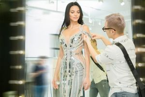 Hoa hậu Siêu quốc gia 2018 hào hứng thử váy của nhà thiết kế Việt