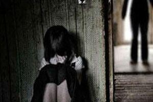 Xem camera an ninh, bố chết lặng chứng kiến con gái bị gã hàng xóm xâm hại