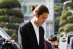 Ca sĩ phát tán clip nóng cùng Seungri bị bủa vây khi đến trình diện cảnh sát