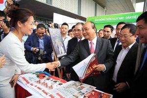 Thủ tướng cùng nhiều lãnh đạo thăm gian hàng Báo Tiền Phong